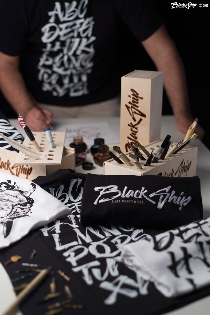 Calligrafia da indossare, in prova le nuove T-Shirt Black Ship