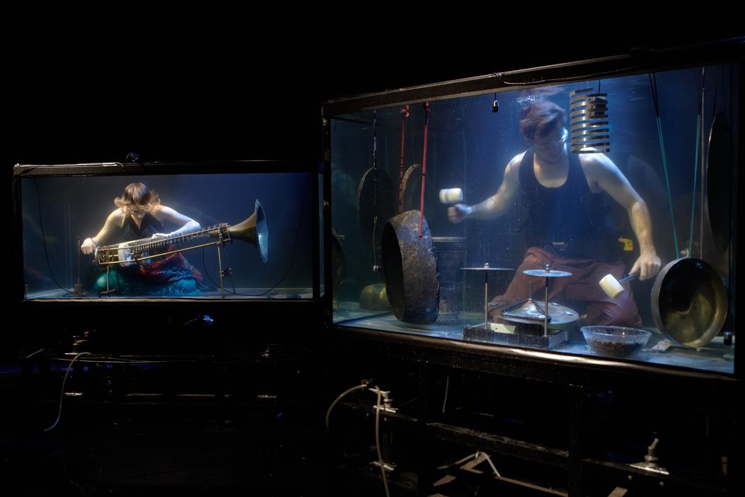 Questa incredibile band subacquea si esibisce nei suoi acquari giganti