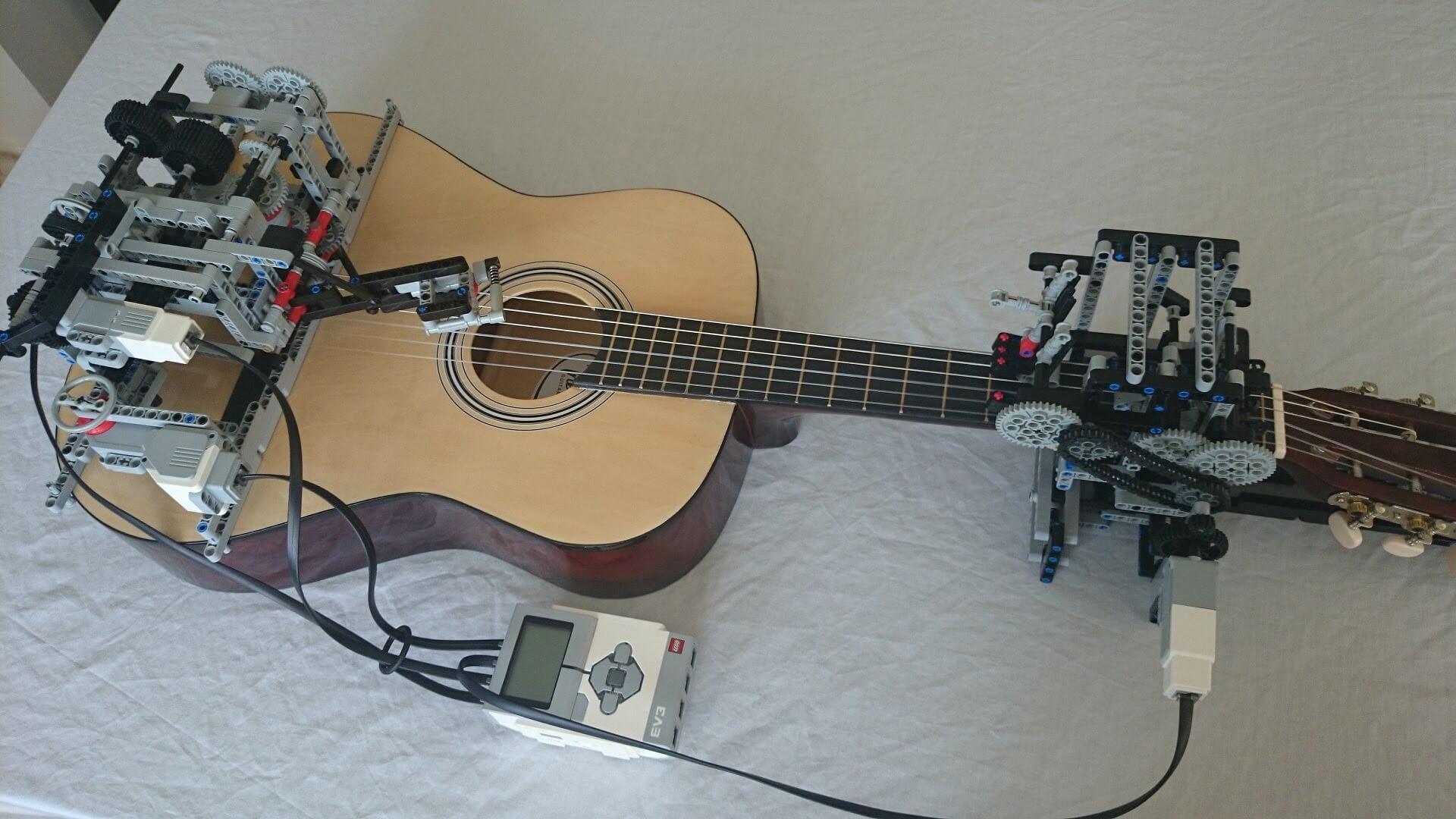 Questo robot fatto di LEGO è in grado di suonare la tua chitarra