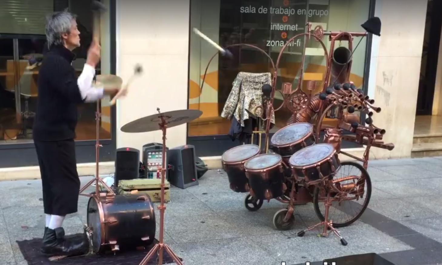 Questo artista di strada suona la batteria lanciando le bacchette da lontano