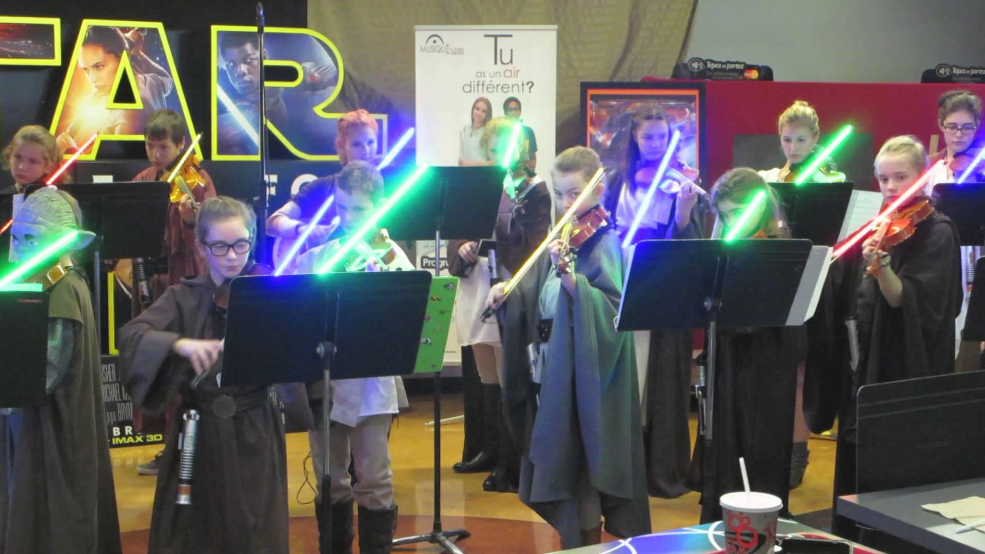 Questi giovani talenti si esibiscono in un saggio scolastico con violini e spade laser come archetto
