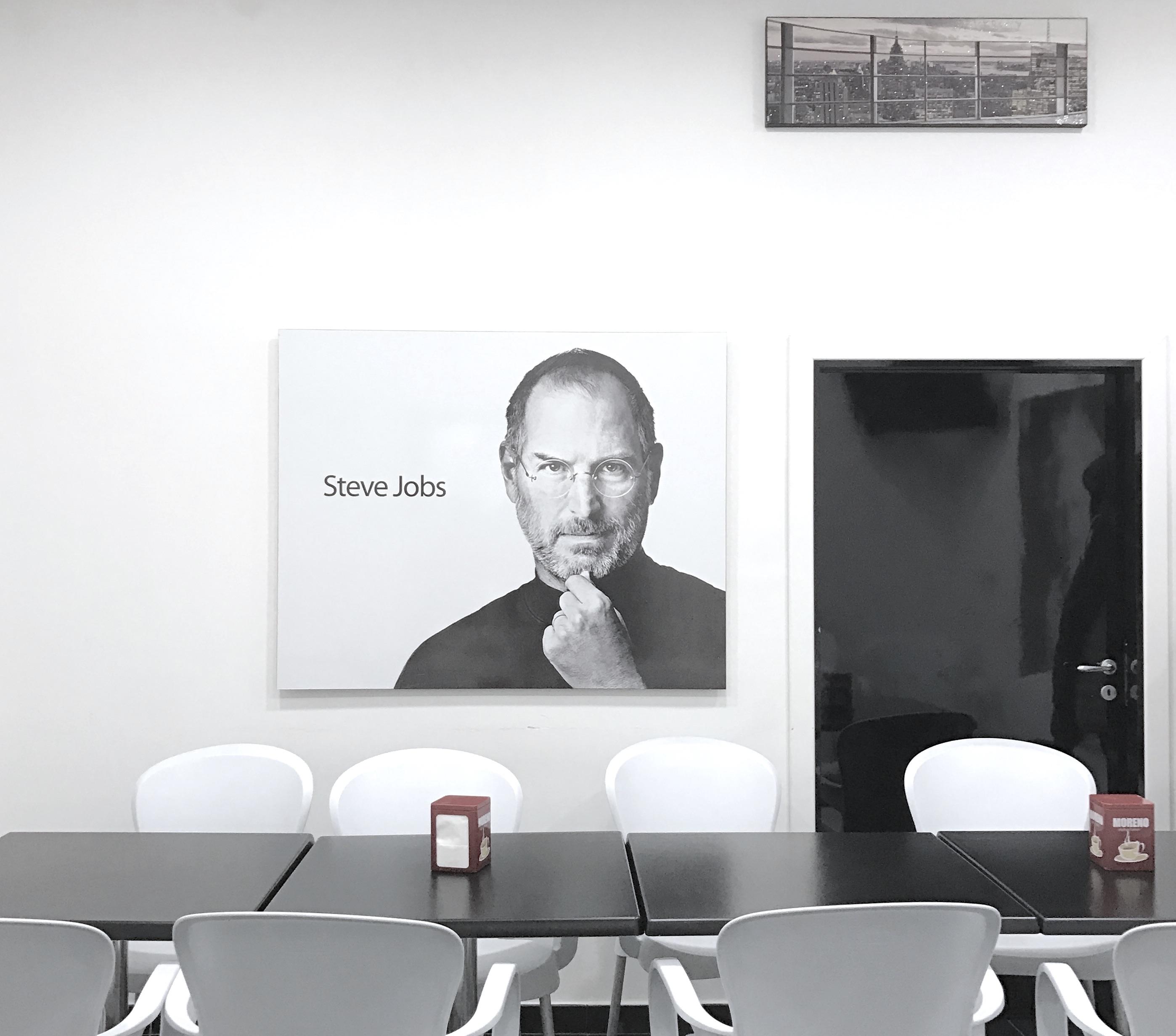 Il misterioso caso del bar che appende una foto di Steve Jobs e di fronte apre la iOS Academy