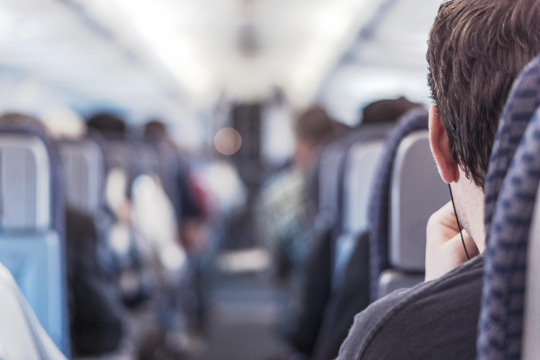 Uomo allontanato dall'aereo in overbooking, internet si spende in solidarietà o è di nuovo caccia al like?